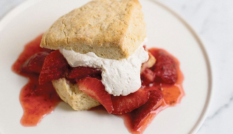 Whipped cream biscuits with macerated strawberries with lime.