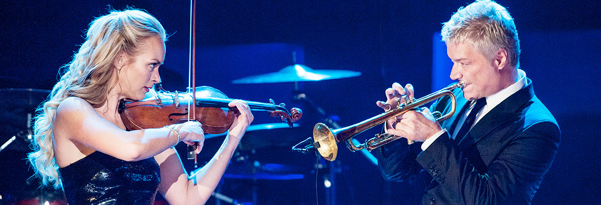 Jazz trumpeter Chris Botti performs with violinist Caroline Campbell.