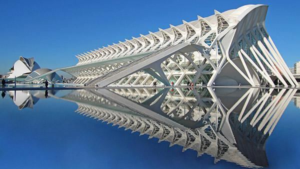 Santiago Calatrava's El Museu de les Ciències Príncipe Felipe in Valencia is like the skeleton of a whale. Photo: Wikimedia Commons, user: HuseyinUlucay