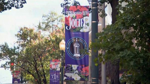 """A lamp post sign that says """"Welcome to Joliet"""""""