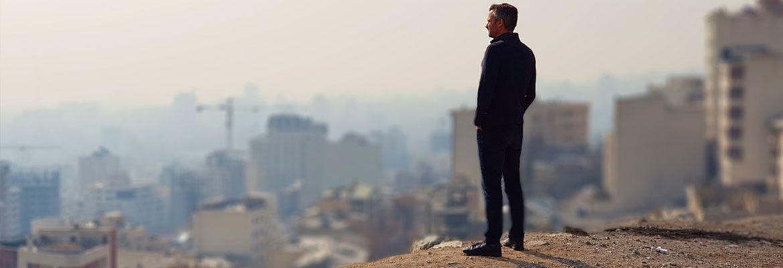 Thomas Erdbrink standing over the city.